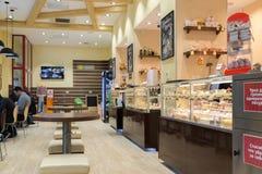 伏尔加格勒,俄罗斯- 11月02 2016年 甜点和百吉卷内部这是大众网络咖啡馆 免版税库存照片