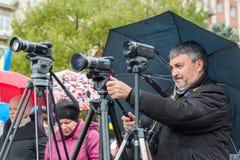 伏尔加格勒,俄罗斯- 11月04 2016年 摄影师和videographer工作在天民族团结 图库摄影