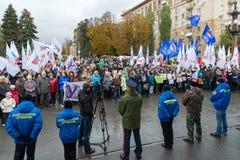 伏尔加格勒,俄罗斯- 11月04 2016年 政党代表与旗子的在民族团结天 库存照片
