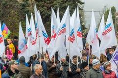 伏尔加格勒,俄罗斯- 11月04 2016年 旗子年轻人在天守卫-青年组织民族团结 免版税库存照片