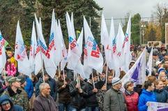 伏尔加格勒,俄罗斯- 11月04 2016年 旗子年轻人在天守卫-青年组织民族团结 免版税库存图片