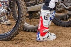 伏尔加格勒,俄罗斯- 2015年4月19日:赛跑起动摩托车竟赛者在轮子背景,在开放冠军Mo的阶段 免版税库存照片