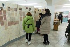 伏尔加格勒,俄罗斯- 2016年11月02日 人们在记忆博物馆-安置囚禁法西斯主义的法警保罗斯在二战 免版税库存图片