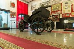 伏尔加格勒,俄罗斯- 2016年11月04日 有一挺机枪的敞篷四轮马车在纪念和历史博物馆 图库摄影