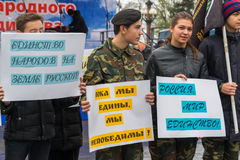 伏尔加格勒,俄罗斯- 11月04 2016年 有海报的孩子致力了天民族团结 免版税库存图片