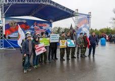 伏尔加格勒,俄罗斯- 11月04 2016年 有海报的孩子致力了天民族团结 图库摄影