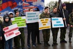 伏尔加格勒,俄罗斯- 11月04 2016年 有海报的孩子致力了天民族团结 库存照片