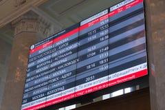 伏尔加格勒,俄罗斯- 11月04 2016年 记分牌火车到来和离开在火车站的 库存图片