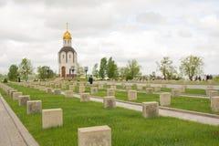 伏尔加格勒 俄国 2017年5月9日 军用公墓纪念品的正统教堂在Mamayev小山在伏尔加格勒 免版税图库摄影