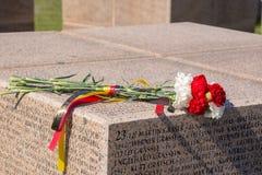 伏尔加格勒 俄罗斯- 4月16在一个立方体的2017朵花与在te的斯大林格勒战役丧生的德国士兵的名字 库存照片