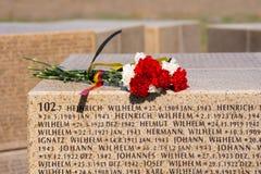 伏尔加格勒 俄罗斯- 4月16在一个立方体的2017朵花与在te的斯大林格勒战役丧生的德国士兵的名字 图库摄影
