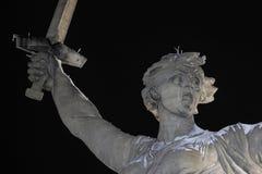 伏尔加格勒 Mamayev库尔干-历史纪念复杂祖国在冬天叫 特写镜头 被停泊的晚上端口船视图 01 01 2017年 免版税库存图片