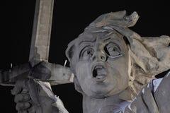 伏尔加格勒 Mamayev库尔干-历史纪念复杂祖国在冬天叫 特写镜头 被停泊的晚上端口船视图 01 01 2017年 库存照片