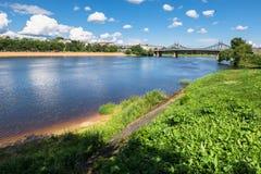 伏尔加河和老伏尔加河桥梁在背景中,市的水表面和岸的夏天视图特维尔,俄罗斯 库存图片