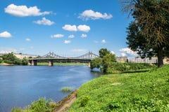 伏尔加河和老伏尔加河桥梁在背景中,市的水表面和岸的夏天视图特维尔,俄罗斯 免版税库存图片
