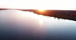 伏尔加河在日出鸟瞰图quadcopter的秋天在森林4k 影视素材