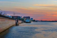 伏尔加河堤防在日落的阿斯特拉罕 免版税库存照片