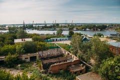 伏尔加河的银行的,起重机,驳船工业区 免版税库存照片