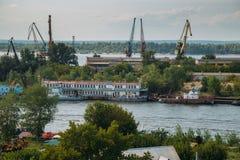 伏尔加河的银行的,起重机,驳船工业区 图库摄影
