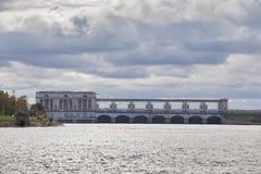 伏尔加河的Uglich水电站-其中一个俄罗斯的最旧的水力发电站夏天sunse的 免版税库存照片