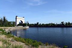 伏尔加河穿上运河的第13个门户在村庄Piatigorsky 免版税库存图片