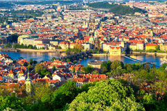 伏尔塔瓦河和查理大桥全景从上面在晴天,捷克 库存图片