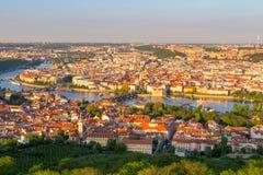 伏尔塔瓦河和查理大桥全景从上面在晴天,捷克 免版税库存图片