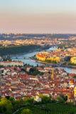 伏尔塔瓦河和查理大桥全景从上面在晴天,捷克 库存照片