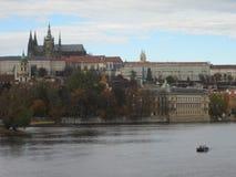 伏尔塔瓦河圣Vitus河和教会在布拉格 免版税库存照片
