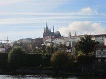 伏尔塔瓦河圣Vitus河和教会在布拉格 库存照片