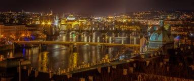 伏尔塔瓦河在晚上 库存图片