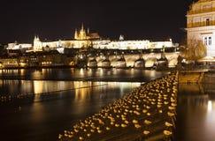 伏尔塔瓦河河、查理大桥和圣Vitus大教堂在晚上 布拉格 cesky捷克krumlov中世纪老共和国城镇视图 库存照片