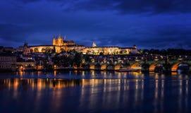 伏尔塔瓦河河、查理大桥和布拉格城堡在晚上,布拉格, 库存图片