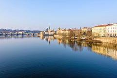伏尔塔瓦河河、查理大桥和著名clocktower 库存图片