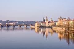 伏尔塔瓦河河、查理大桥和著名clocktower 库存照片