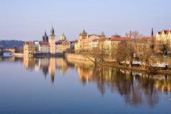 伏尔塔瓦河河、查理大桥和著名clocktower 免版税库存照片