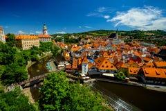 伏尔塔瓦河河、桥梁、中心、城堡和圣Vitus教会的浪漫看法在捷克克鲁姆洛夫 免版税库存照片