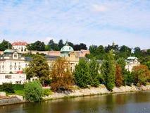 伏尔塔瓦河河前面在秋天, Mala Strana,布拉格,捷克Republi 免版税库存图片