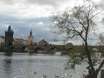 伏尔塔瓦河河和中世纪查理大桥有塔和雕象的,布拉格,捷克 库存照片