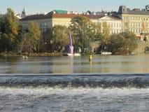 伏尔塔瓦河河和大卫Cerny雕象,布拉格,捷克 免版税库存照片