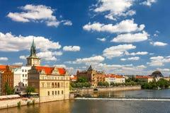 伏尔塔瓦河河和它的江边在布拉格 免版税图库摄影