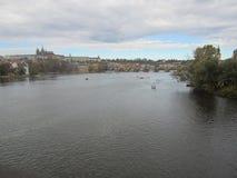 伏尔塔瓦河河和查理大桥在布拉格 库存照片