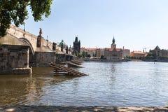 伏尔塔瓦河河和查理大桥是一个夏天晴天 库存图片