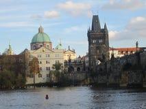 伏尔塔瓦河河和查理大桥有塔的,布拉格,捷克 图库摄影