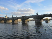 伏尔塔瓦河河和查理大桥有塔的,布拉格,捷克 免版税库存照片