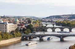 伏尔塔瓦河河和桥梁的看法在日落 布拉格 cesky捷克krumlov中世纪老共和国城镇视图 免版税图库摄影