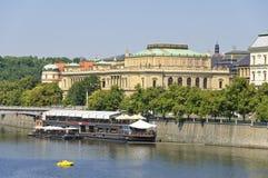 伏尔塔瓦河河和Rudolfinum 免版税库存照片