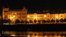 伏尔塔瓦河河的历史的江边的夜场面在风暴期间的布拉格 影视素材