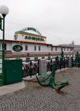 伏尔塔瓦河河的河岸的浮动海军上将旅馆 图库摄影