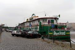 伏尔塔瓦河河的河岸的浮动海军上将旅馆 免版税图库摄影